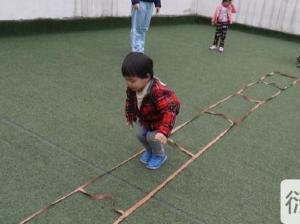 幼儿园大班体能游戏:夹沙包跳游戏教案
