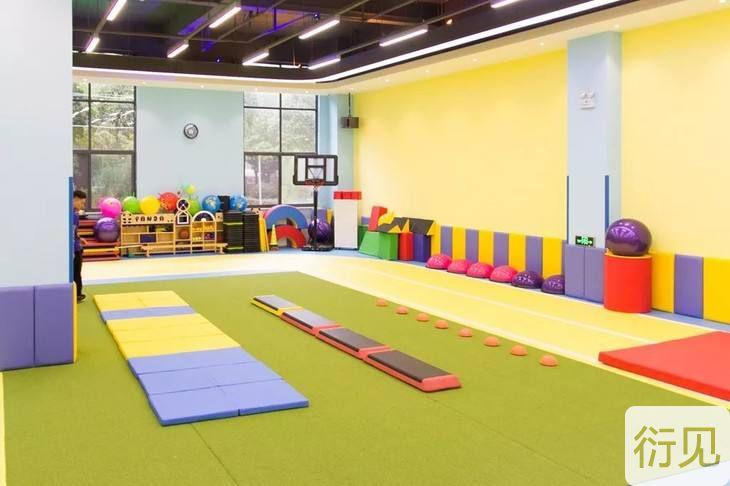 幼儿园体能课大班体适能活动《玩纸板》教案